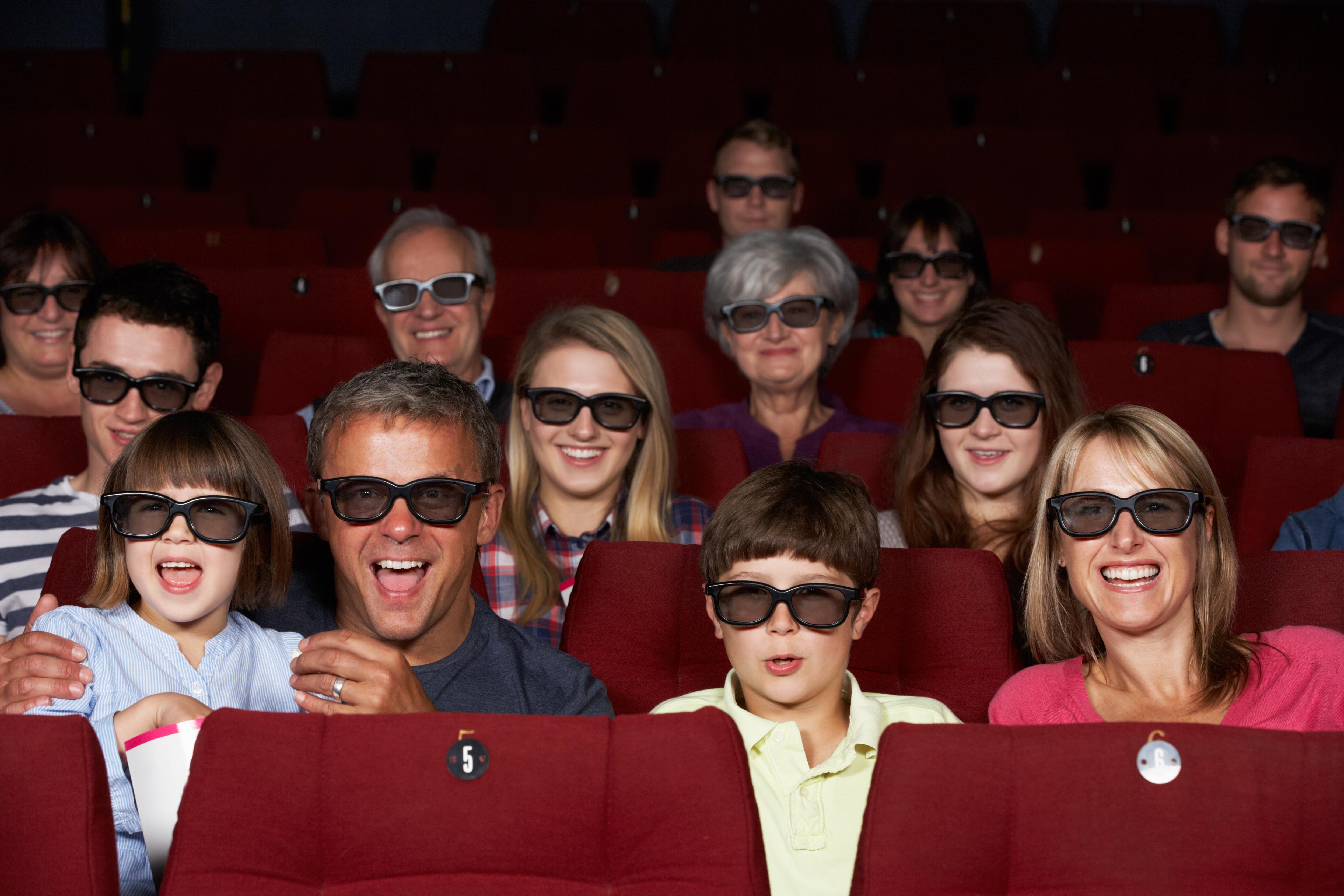 Kinder Und Eltern Schauen Einen 3D Kinofilm Am Kindergeburtstag