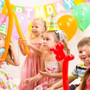 Kinder mit Ballontieren am Kindergeburtstag